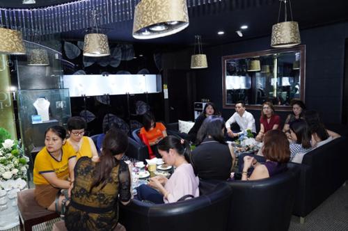 Khách hàng thưởng thức rượu vang, tiệc ngọt và có cơ hội được chia sẻ, giao lưu về niềm đam mê với kim cương trong khu vực tư vấn