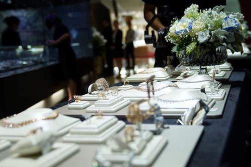 Là một trong số ít thương hiệu trang sức thường xuyên tổ chức sự kiện độc đáo dành cho khách hàng, DOJI tạo nên trải nghiệm cảm xúc với không gian ngập tràn hoa tươi, ánh sáng của pha lê và kim cương; hòa cùng tiếng nhạc du dương và thưởng thức những ly rượu vang hảo hạng
