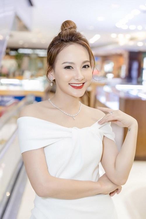 Diễn viên Bảo Thanh khoe sắc với trang sức kim cương, xuất hiện cùng chồng tại sự kiện.