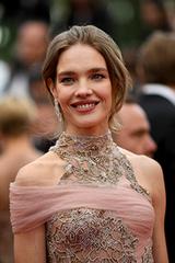 Cannes ngày bảy: Sao chuộng đầm hở vai, xẻ ngực trên thảm đỏ