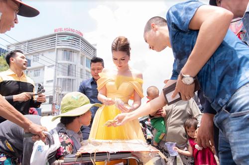 Người đẹp trực tiếp phát phiếu quà cho mỗi người. Một số trường hợp hoàn cảnh khó khăn hơn có thể được hai phiếu. Với nhiều người dân sống ở khu vực này, ngày sinh nhật của Hoa hậu Bùi Thị Hà và ngày lễ Phật đản là dịp lấy phiếu, phát quà quen thuộc cho người nghèo, người khuyết tật.