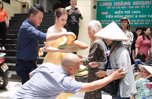 Cuối tuần qua, Hoa hậu Phu nhân Thế giới người Việt 2014 - Bùi Thị Hà tổ chức tặng quà cho người nghèo tại quận Bình Thạnh. Hoạt động này diễn ra đúng dịp sinh nhật bà chủ Tập đoàn bảo vệ Long Hoàng.