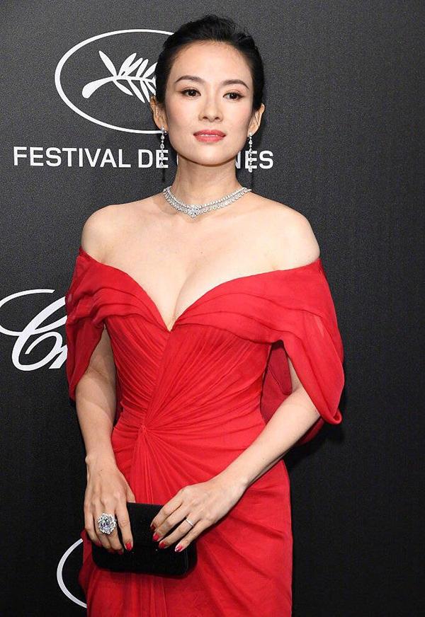 Chương Tử Di diện đầm hở ngực dự tiệc Cannes