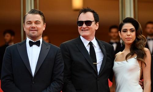 Đạo diễn Quentin Tarantino (giữa) cùng vợ - ca sĩ Israel tênDaniella Pick. Ảnh: AFP.