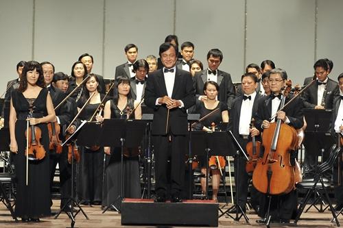Giám đốc HBSO Trần Vương Thạch và dàn nhạc.