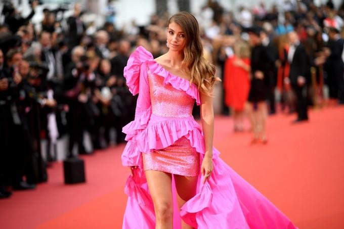 Hoa hậu Hoàn vũ 2016 diện váy xẻ ngực trên thảm đỏ