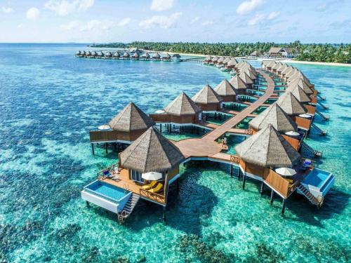 Maldives nổi tiếng với những bãi cát trắng trải dài, rặng san hô rực rỡ ẩn mình dưới làn nước biển xanh ngọc.