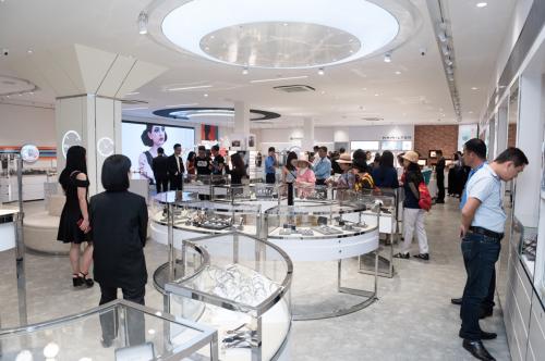 PNJ Watch Quang Trung có không gian mua sắm sang trọng, rộng rãi với lối thiết kế hiện đại, lối thiết kế mới tăng tính tương tác hứa hẹn mang đến cảm nhận thoải mái, gần gũi nhất cho khách hàng khi ghé thăm.Bên cạnh sự kiện khai trương, nhân dịp này PNJ Watch còn có rất nhiều ưu đãikhi mua sắm trực tiếp hoặc đặt hàng Online và đến nhận tại cửa hàng Quang Trung từ 25/5 – 30/6.