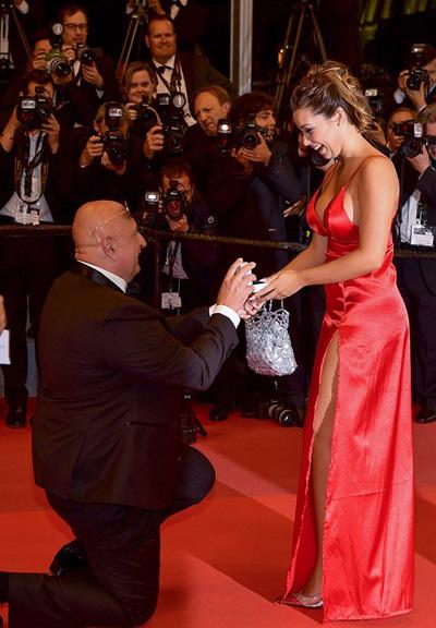 Màn tỏ tình diễn ra trên thảm đỏ ở buổi công chiếu Marketable, My Love : Intermezzo.