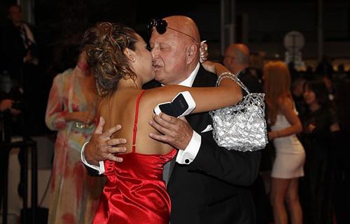 Trong bộ váy xẻ ngực màu đỏ, cô gáihạnh phúctraongười yêu nụ hôn.