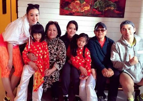 Hai con gái út của Chung Lệ Đề mặc áo dài bên ông bà ngoại, bố mẹ.