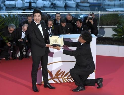 Đạo diễn Hàn quỳ gối trao giải Cành Cọ Vàng cho diễn viên chính