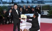 Đạo diễn Hàn quỳ gối trao lại giải Cành Cọ Vàng cho nam chính
