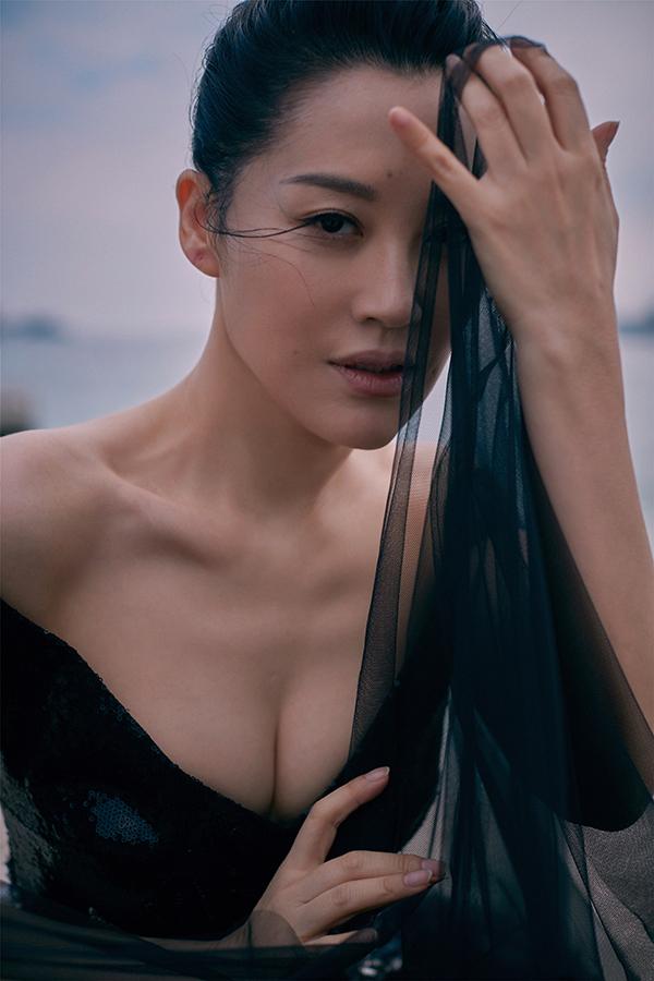 Sao 'Tiếu ngạo giang hồ' diện đầm tôn dáng tuổi 50 ở Cannes