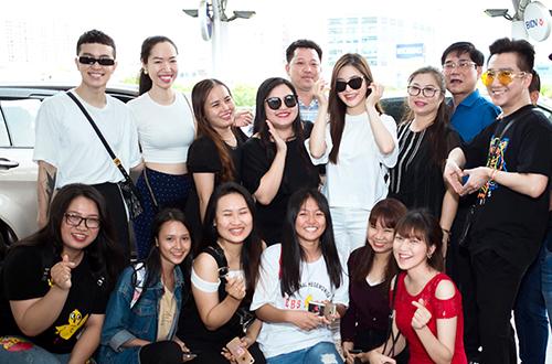 Bố mẹ, bạn bè tiễn Hương Tràm sang Mỹ du học.