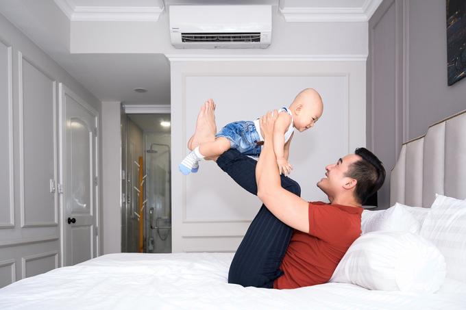 Lương Thế Thành chăm con khi vợ vắng nhà