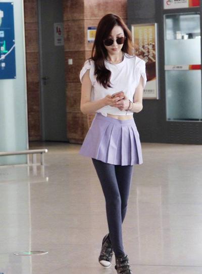 Hôm 24/5, một số bức ảnh Tiêu Tường tại sân bay được nhiều người chia sẻ trên Weibo. Sắc vóc Tiêu Tường vào danh sáchchủ đề bàn luận nhiều nhất. Đông đảo khán giả khen cô phong cách thời trang trẻ trung, vóc dáng cân đối.