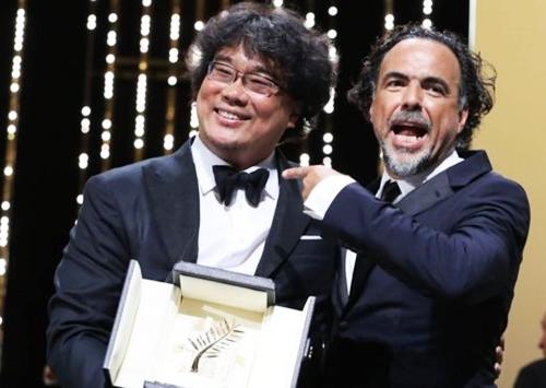 Đạo diễn Bong Joon Ho (trái) và Chủ tịch Ban giám khảo Alejandro Gonzalez Inneritou trên sân khấu trao giải tại LHP Cannes. Ảnh: BBC.