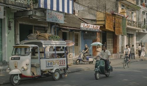 Mắt biếc chuyển thể từ truyện cùng tên của Nguyễn Nhật Ánh, kể tình yêu của Ngạn - chàng trai làng Đo Đo dành cho cô bạn cùng quê tên Hà Lan. Tuy nhiên, khi lên thành phố, Hà Lan phải lòng chàng trai khác. Đoàn phim quay từ tháng 3 đến tháng 5 ở Quảng Nam (bối cảnh quê hương nhân vật) và Huế (bối cảnh thành phố). Để tái hiện thành thị nửa thế kỷ trước, ê-kíp nghiên cứu lối ăn mặc, phương tiện di chuyển, vẻ ngoài nhà cửa thập niên 1960-1970.