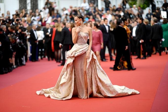 Váy quá khổ được ưa chuộng ở Cannes 2019