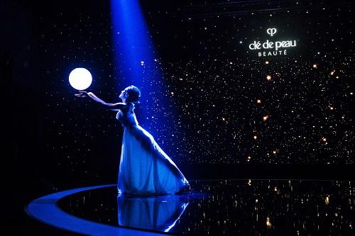 Lời chào từ ánh sáng trong tiết mục múa mở màn của chương trình