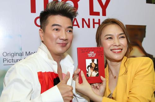 Ca sĩ Đàm Vĩnh Hưng (trái) chúc mừng Mỹ Tâm ra album mới.