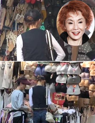 Trương Mạn Ngọc (áo đen) mua sắm ở các sạp hàng.