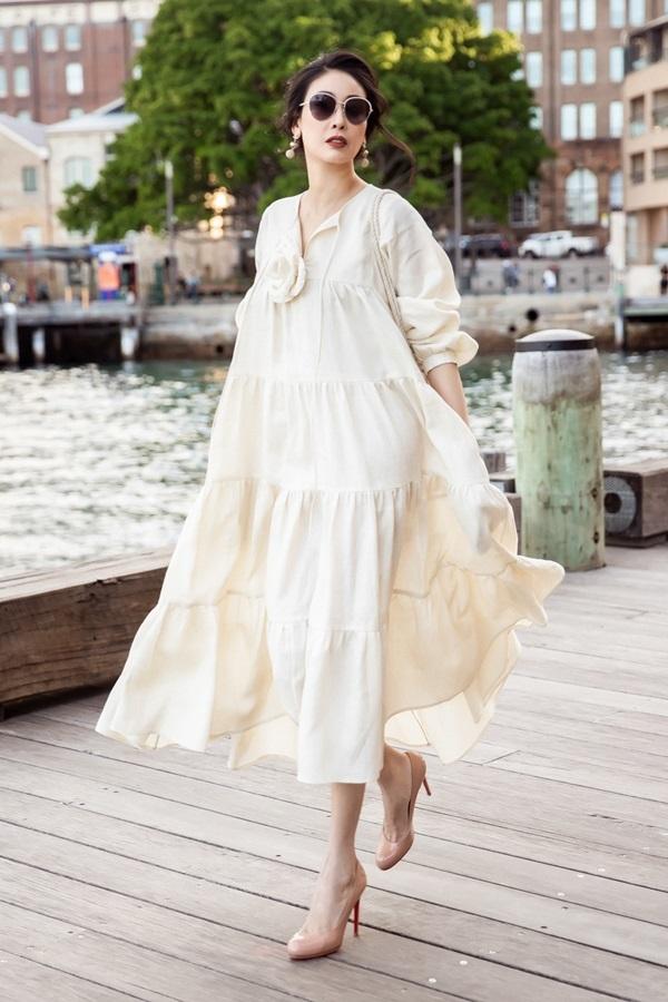 Hà Kiều Anh mặc váy linen dạo phố