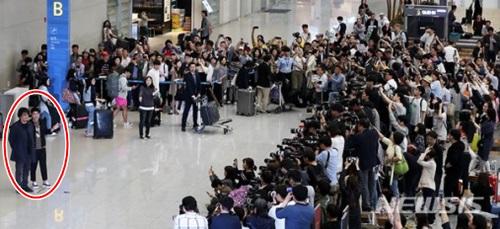Diễn viên Song Kang Ho và đạo diễn Bong Joon Ho được vây kín khi về nước hôm 27/5.