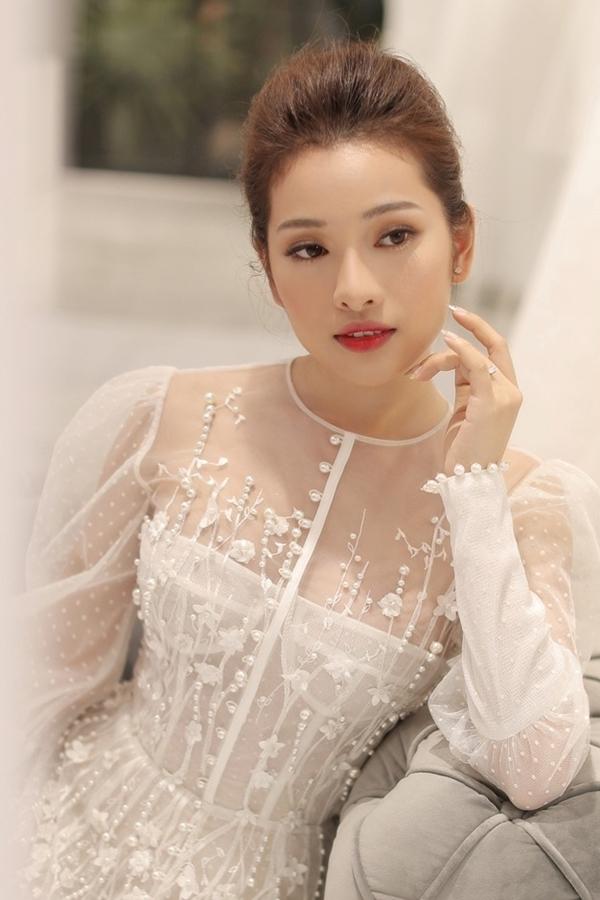 Bạn gái Dương Khắc Linh thử váy cưới
