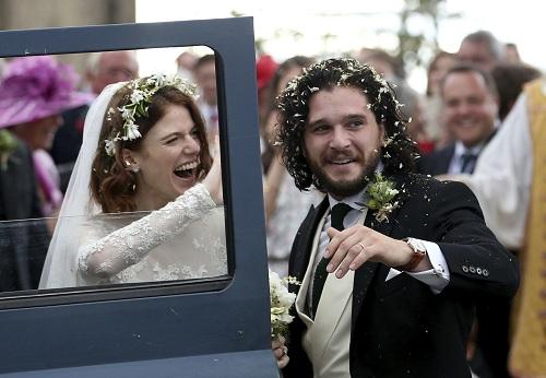 Tài tử kết hôn với bạn diễn Rose Leslie (trái). Ảnh: AP
