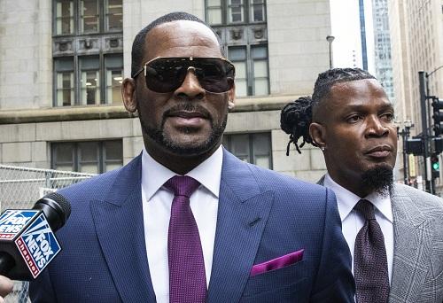 Nam ca sĩ R. Kelly (trái) tham gia phiên tòa tại quận Cook, bang Chicago. Ảnh: AP.