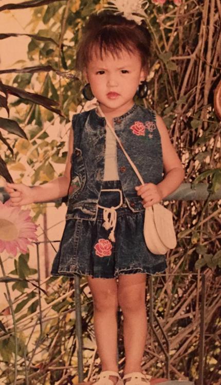 Thu Quỳnh ăn mặc điệu đànăm lên chín tuổi.