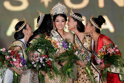 Swe Zin (giữa) đăng quang Hoa hậu Hoàn vũ Myanmar. Ảnh: Missosology.