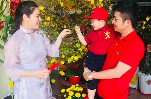 Dịp Tếtcổ truyền hồi tháng 2, nữ ca sĩ chia sẻ nhiều hình ảnh bên gia đình. Lúc này, vợ chồng cô vẫn quây quần ăn Tết cùng cha mẹ và con trai.