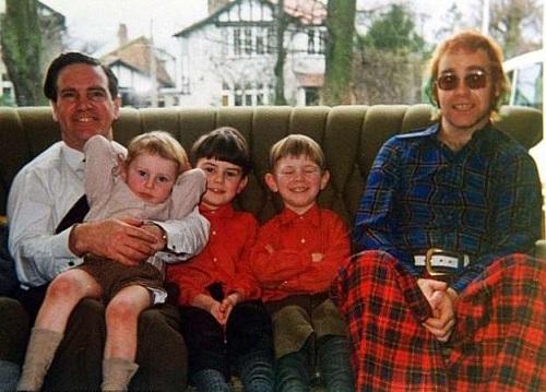 Elton John (phải) chụp ảnh cùng cha Stanley Dwight và các con riêng của ông. Ảnh: Mercury Press Agency.