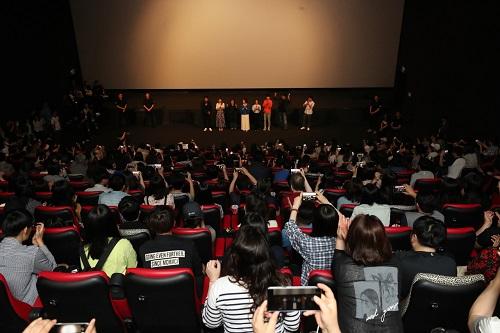 Nhiều khán giả ngồi kín rạp trong buổi ra mắt phim cuối tuần qua. Ảnh: Yonhap.