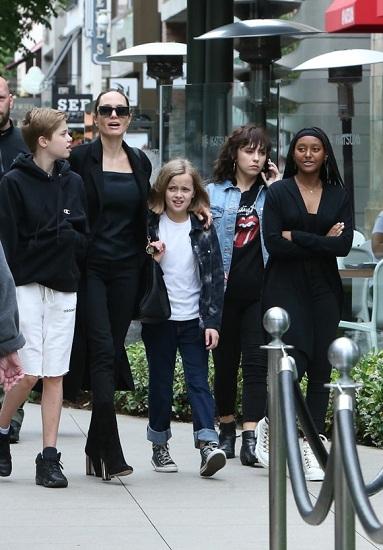 Angelina cùng Shiloh (trái), Vivienne (giữa) và Zahara (phải) trên đường phố Los Angeles hôm 2/6. Ảnh: Hollywood Life.