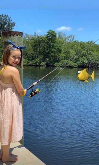 Con gái 7 tuổi của hai người câu cá bên hồ. Ảnh: Instagram.