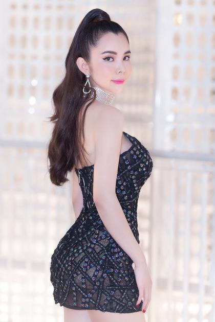 Người đẹp Huỳnh Vy tôn đường cong với đầm ôm