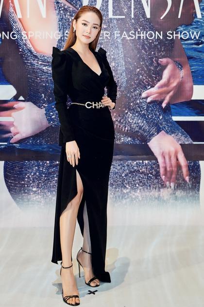 Minh Hằng sử dụng thắt lưng Chanel làm điểm nhấn cho bộ váy trơn tông đen.