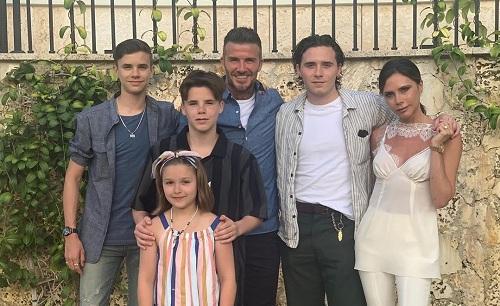 Vợ chông Beckhams cùng các con Romeo James, Cruz David, Brooklyn Joseph (thứ tự từ trái qua), và Harper Seven (dưới). Ảnh: Instagram.