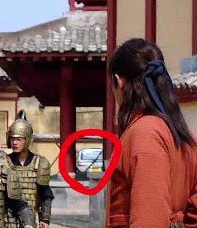 Xe hơi xuất hiện trong một cảnh quay.