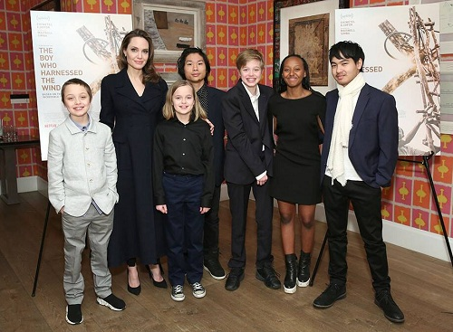 Angelina Jolie và sáu con chung với Brad Pitt. Ảnh: Netflix.