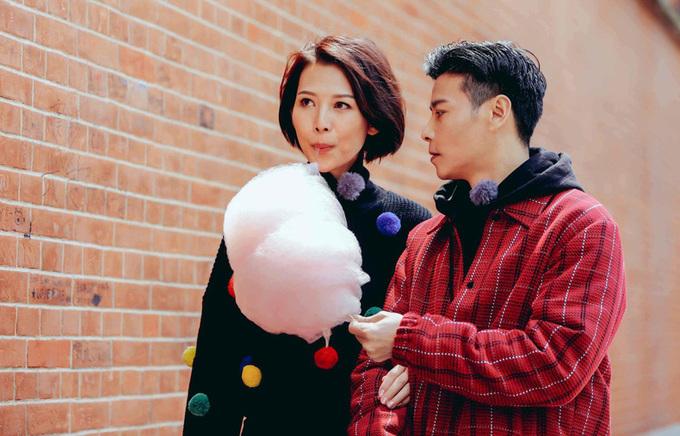 Vợ chồng Thái Thiếu Phân hôn nhau trên phố