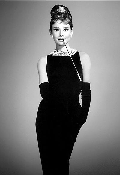 Hình ảnh kinh điển của Audrey Hepburn trong Breakfast at Tiffanys.