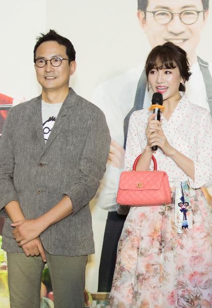 Diễn viên, MC cùng đầu bếp Hàn Quốc  Lee Wook Jung, người đảm nhận vai trò chủ nhà hàng vàbếp trưởng trong show Quán ăn hạnh phúc.