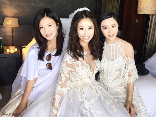 Triệu Vy (trái), Phạm Băng Băng (phải) dự đám cưới Lâm Tâm Như năm 2016.