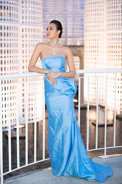 Phương Mai mặc đầm của Lê Ngọc Lâm, chạy show trước đám cưới.