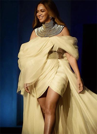 Giải thưởng thành tựu trọn đời của viện phim Mỹ được tổ chức hôm 7/6 trong nhà hát Dolby. Beyonce xuất hiện trong bộ đầm có điểm nhấn ở cổ và thắt lưng. Thiết kế dáng high-low với tà dài quét sàn.